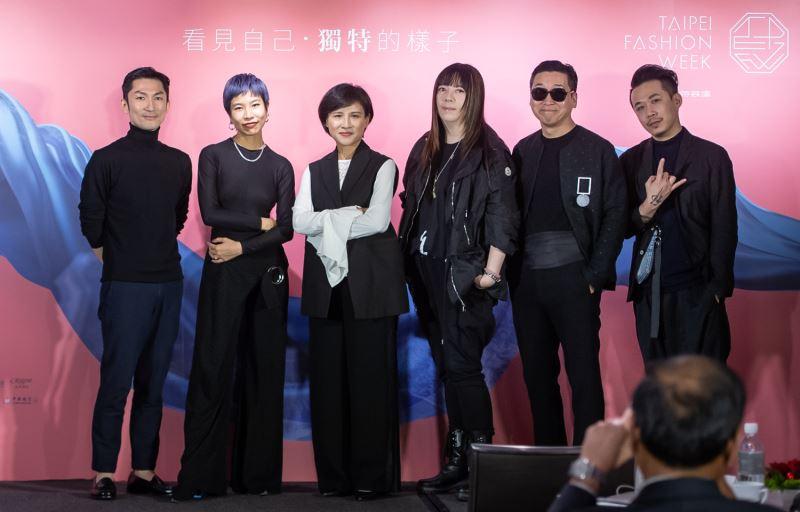 文化部長鄭麗君(左三)與設計師劉子超(左起)、李維錚、潘怡良、陳俊良、周裕穎共同展示時尚態度