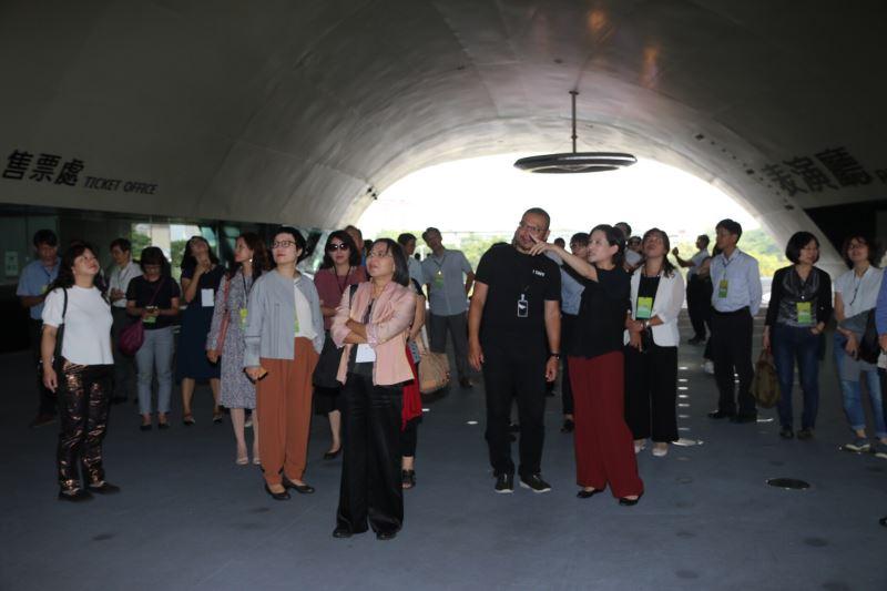 與會人士參與衛武營國家藝術文化中心園區導覽