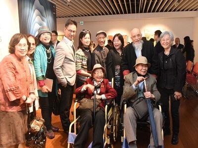 台灣美術院十週年院士大展─來賓合影前排右台灣美術院王秀雄榮譽院長