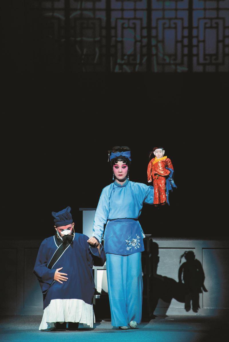《潘金蓮與四個男人》朱民玲飾演之潘金蓮全場踩蹺表演,婀娜多姿,技藝高超。