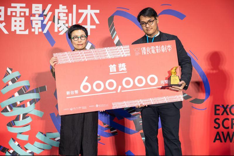 文化部丁曉菁政務次長(左)頒發首獎予《紅星孤旅》作者賴東澤