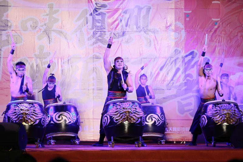 「九天民俗藝術團」以氣勢雄偉的鼓藝表演,演繹出萬象更新的年節氣象