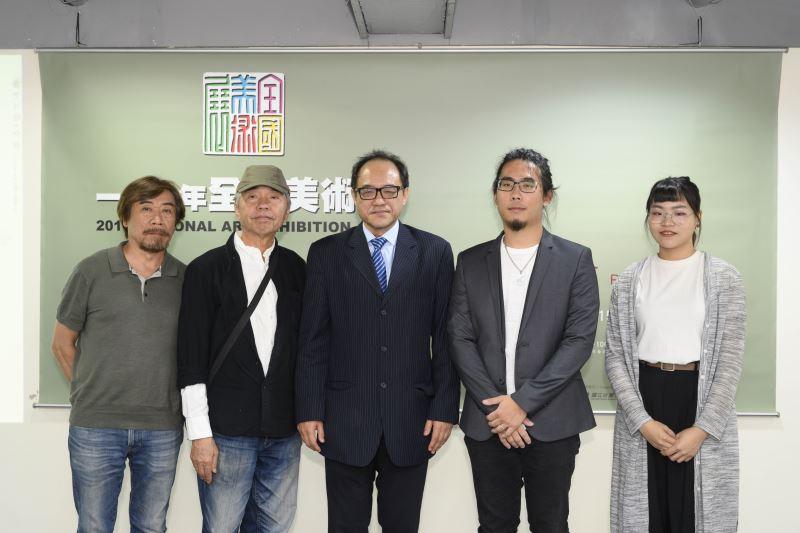 國美館林志明館長(中),(左起)評審委員莊普、謝春德,得獎代表蔡士翔、劉念儒合影