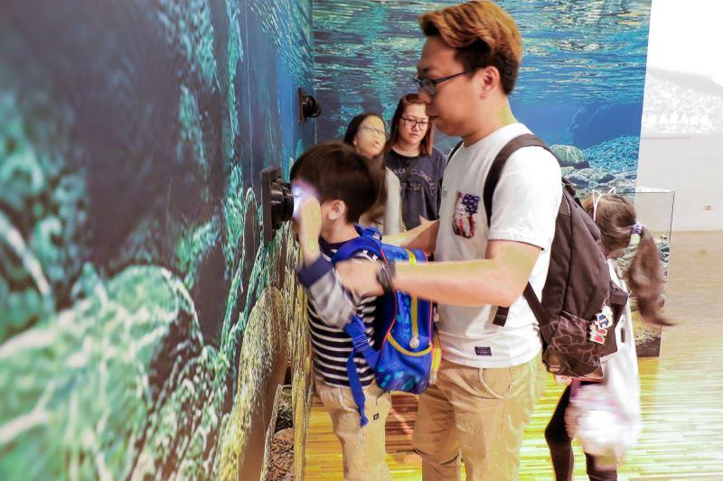 民眾在臺博館用VR欣賞臺灣鈎吻鮭美麗身影