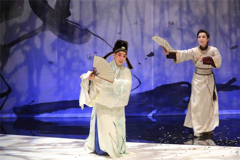 """ The Legend of Peach Blossom Fan "" won the Special Award of the 11th Taishin Arts Award. Yang Han-ru, a famous kunqu opera actor specializes in the sheng roles, plays Hou Fang-yu of Ming Dynasty, and Li Pei-ying, a famous Taiwanese Opera actor also specializes in the sheng role, plays Hou Fang-yu of Qing Dynasty."
