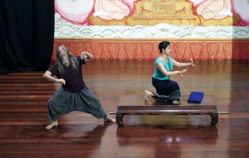 Rama's House 泰國象劇場階段性呈現,演出片段,(左)薩多諾・沃爾盧約・庫蘇摩 (Sardono Waluyo Kusumo),(右)柬埔寨傳統舞大師 蘇菲林・奇姆・夏皮羅 (Sophiline Cheam Shapiro)