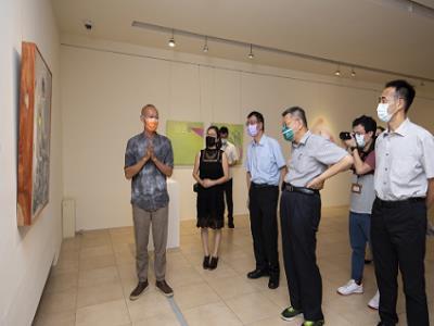 柯文哲市長聆聽藝術家莊志輝導覽作品。