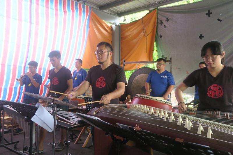 為營造出磅礡的雷聲,陳文哲特別邀請現代打擊樂團隊——太日樂集加入後場演奏。