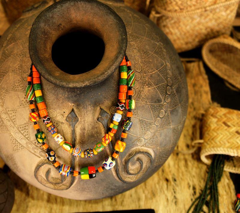 藉由琉璃珠工藝,林秀慧與自身文化重新連結,並從中發掘更多可能。