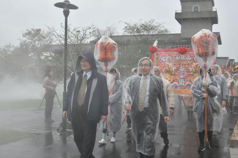 北管軒社集結綵街 由文化部蕭宗煌次長(左)及傳藝中心陳濟民主任(右)帶隊