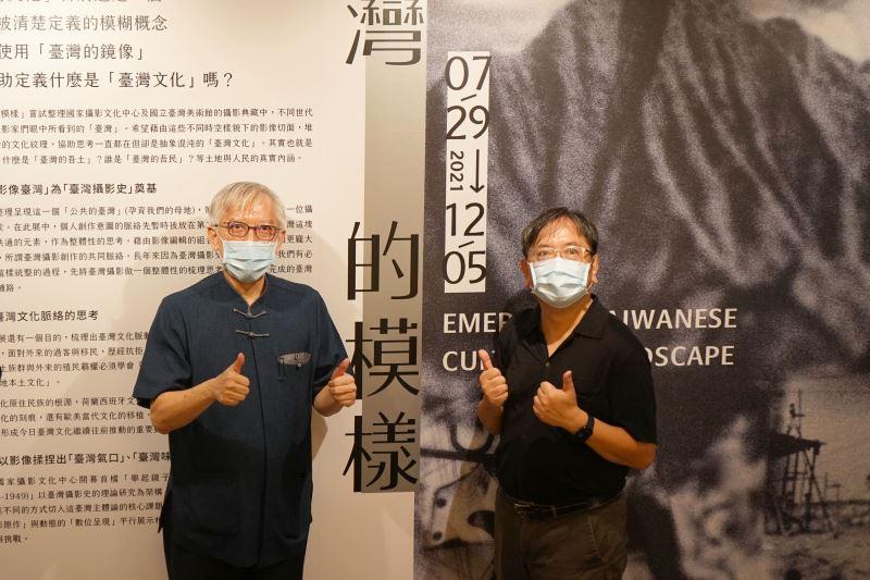 梁永斐館長(左)與策展人合影