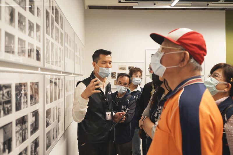 里民代表們參觀「舉起鏡子迎向他的凝視—臺灣攝影首篇(1869-1949)」展覽