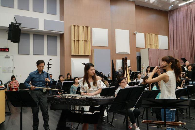 圖4-《木棉花開》三重協奏曲,展現臺灣國樂團揚琴演奏家林明慧、二胡演奏家葉維仁,以及笛子演奏家施美鈺的絕佳默契。