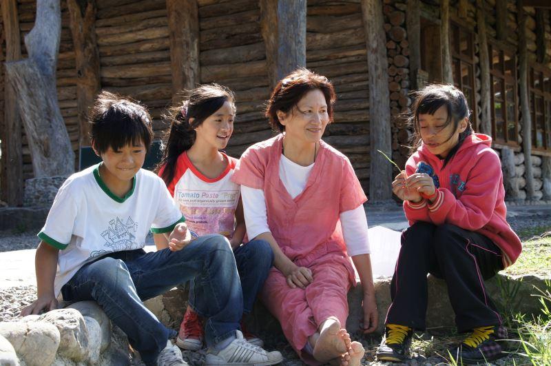 因卡美明深耕於母語教育領域,除曾在國小教授族語外,也會邀請部落裡的孩子們放學後前往她家唱唱歌,創造使用族語的機會。