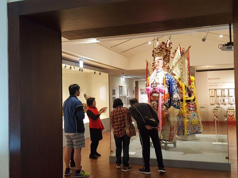 展場展陳多件精美文物,現場並有專業導覽人員解說。