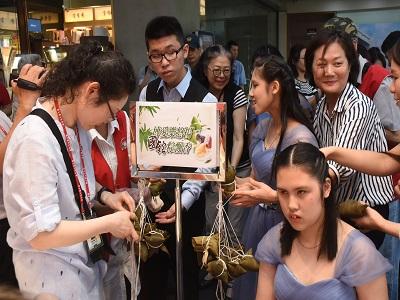 民眾熱情響應包粽子活動