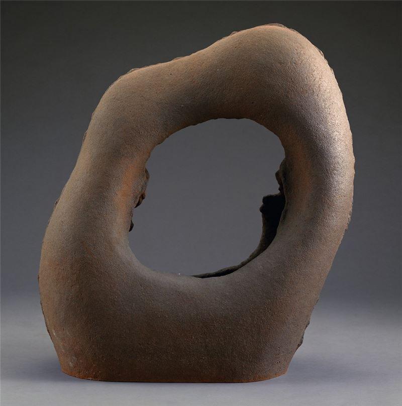 楊元太〈太極〉1989 陶 56×46×21 cm