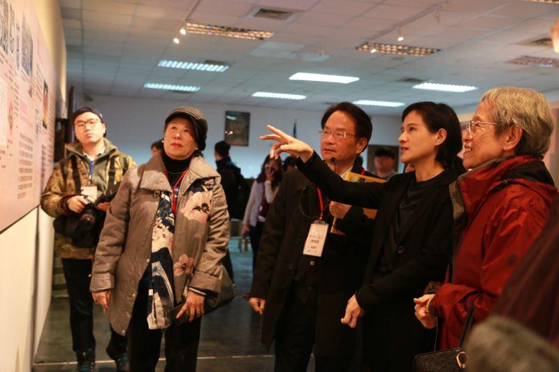 文化部長鄭麗君(右一)參觀「臺灣歷史有一站~美麗島」美麗島事件40週年特展