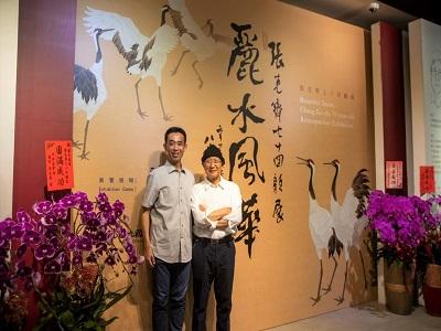 藝術家張克齊教授與國父紀念館王蘭生館長於主視覺前合影。