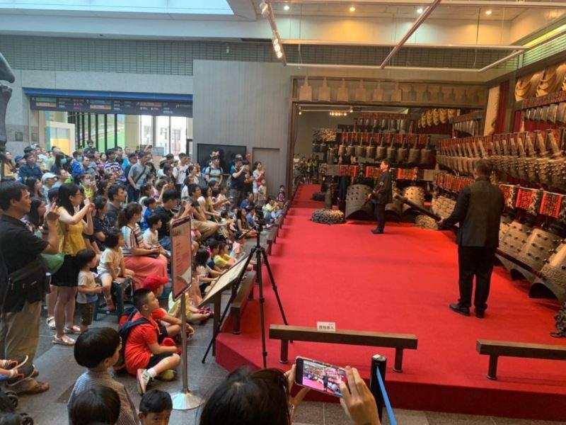 圖4:臺灣國樂團負責推廣編鐘技藝,現場演奏莊嚴典雅的金石之聲,讓觀眾朋友們親自感受東方樂器之王帶來的震撼。