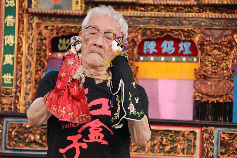 照片1(陳錫煌藝師操偶技藝精采絕倫,任何角色在他掌中操演起來自是靈活有度、栩栩如生。)