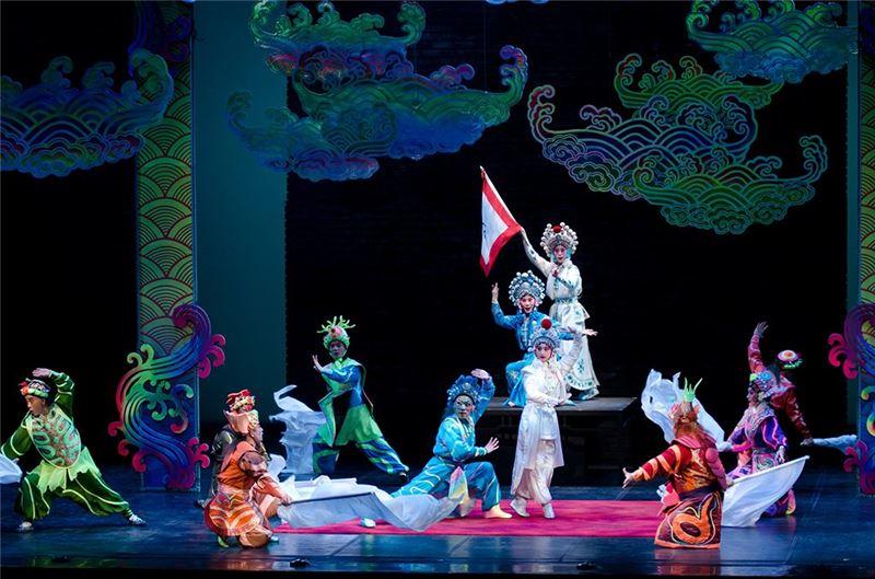 A scene from One Hundred Years on Stage(Liu Jia-hou & Jinag Meng-chun as White Serpent, Chen Chang-yien & Peng Chun-kang as Green Serpent)(2011)