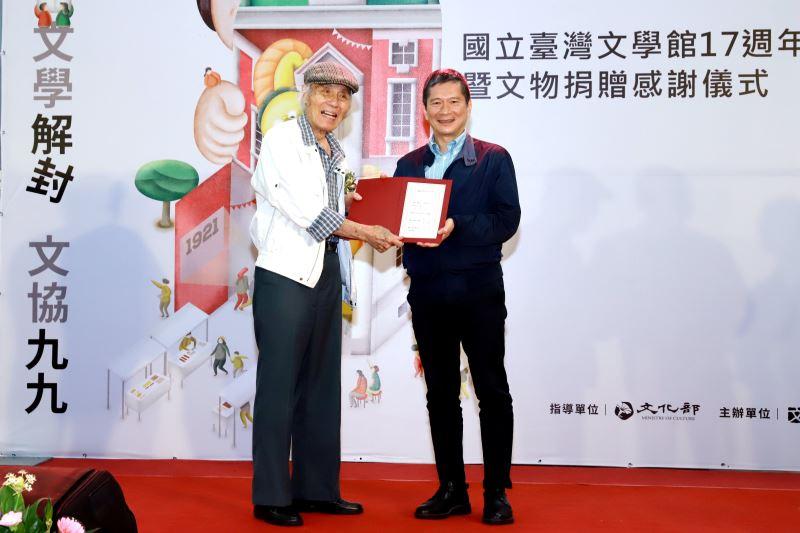 文化部長李永得(右)贈授文物捐贈感謝狀予前輩作家、二七部隊長鍾逸仁先生