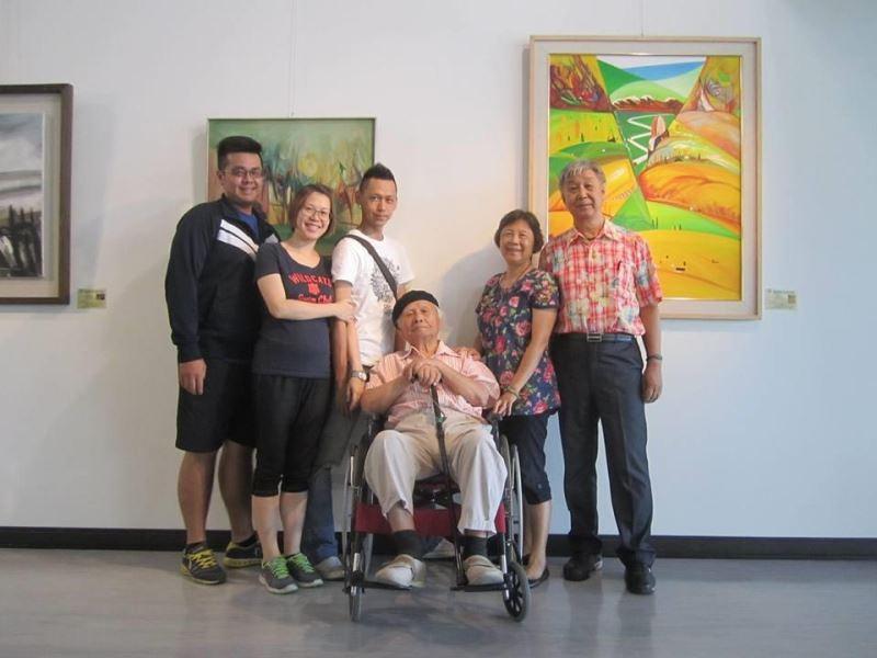 莊世和老師與家人104年於高雄市文化中心創型美展合影