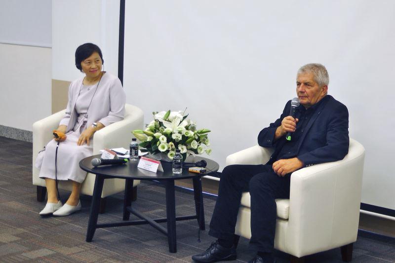 史塔西檔案局長Roland Jahn與檔管局長林秋燕針對政治檔案開放經驗進行交流