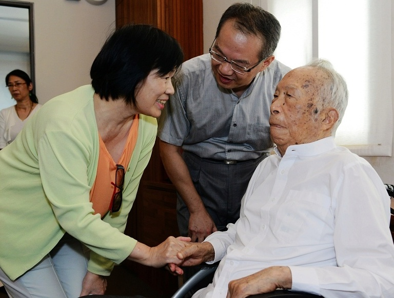 From right to left: Architect Wang Da-hong, Wang's son, and Culture Minister Lung Ying-tai (2013 file photo).