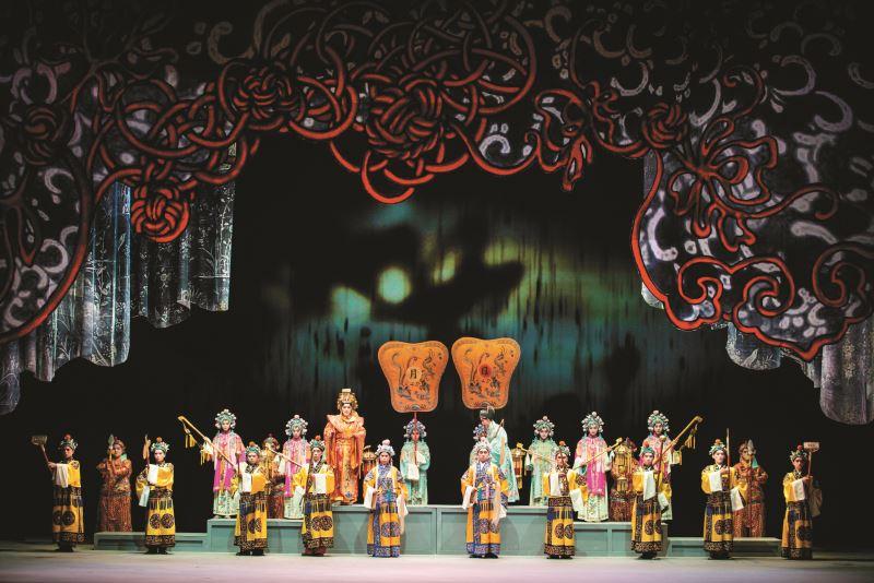 臺灣京崑劇團的《潘金蓮與四個男人》,房國彥以鮮紅中國結繩象徵潘金蓮生活中與個男人的情感糾纏。