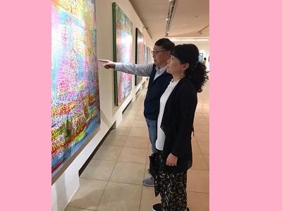 「繽紛詩境-黃騰輝藝術創作的美學歷程」現場觀眾參觀展覽。