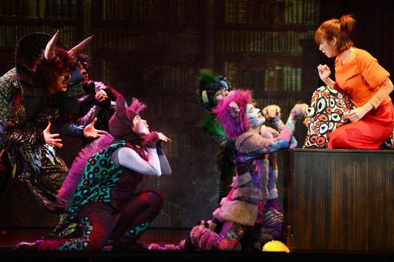 蔡毓芬替故事工廠劇《妖怪臺灣》設計的劇服,妖怪造型豐富多變。圖為演員方志友飾演的女作家在妖怪邀請下展開冒險的場景(柯曉東攝)。