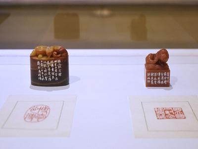 薛平南教授展出作品〈國立國父紀念館典藏章〉4×4×6.5cm_2019及〈博愛心傳章〉.