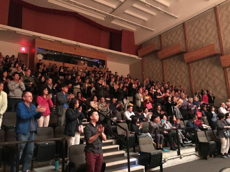 臺灣國樂團演出結束,隨即獲得觀眾們起立鼓掌,並給予高度肯定。