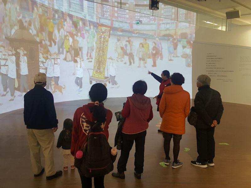 展場入口巨幅環形投影動畫呈現臺灣古早時候北管子弟團的出陣情境。