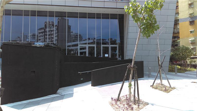 臺戲中心無障礙坡道照片,位於大表演廳前方