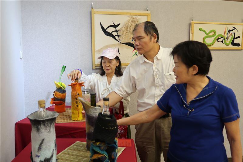 學員為臺東縣盲人福利協進會方丁風理事長導覽解說。