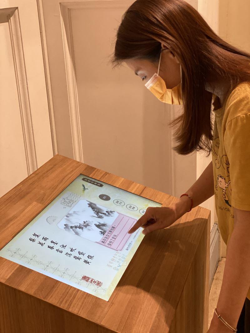 展場互動設施,可選擇對聯、印章與文句製作專屬明信片