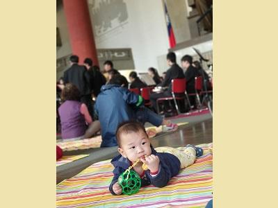 「國父紀念館草地音樂會」與父母親一同前來感受音樂饗宴的小小朋友,隨著音樂輕鬆律動中.
