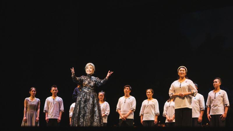 圖1:廖瓊枝帶領薪傳年輕新秀,展現人生傷痛淬鍊出的表演精華。