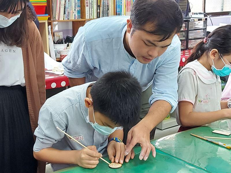 06-陳宗蔚老師指導學生中。