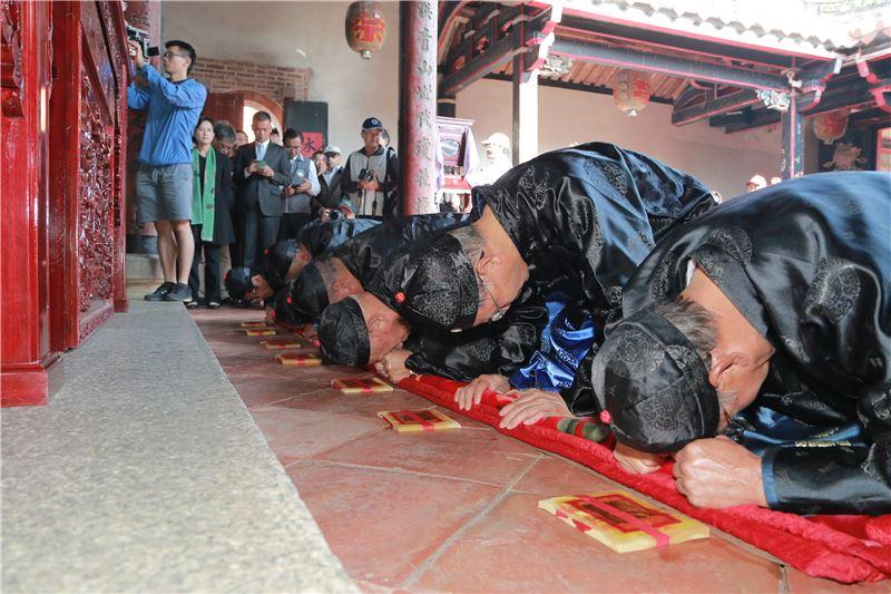 文化部長鄭麗君參觀瓊林蔡氏宗廟秋祭活動。