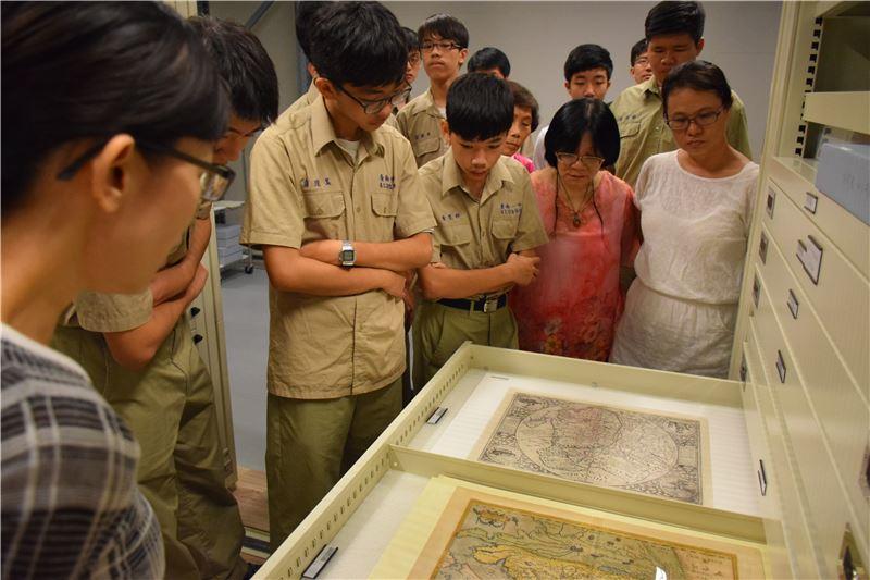 臺南一中專案:透過庫房參訪,認識典藏環境。