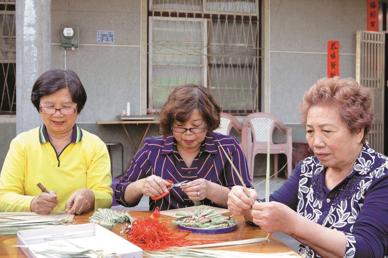 透過香社社區推廣協會,張庭瑜不斷傳授天地掃的製作方法,讓更多人一起加入。