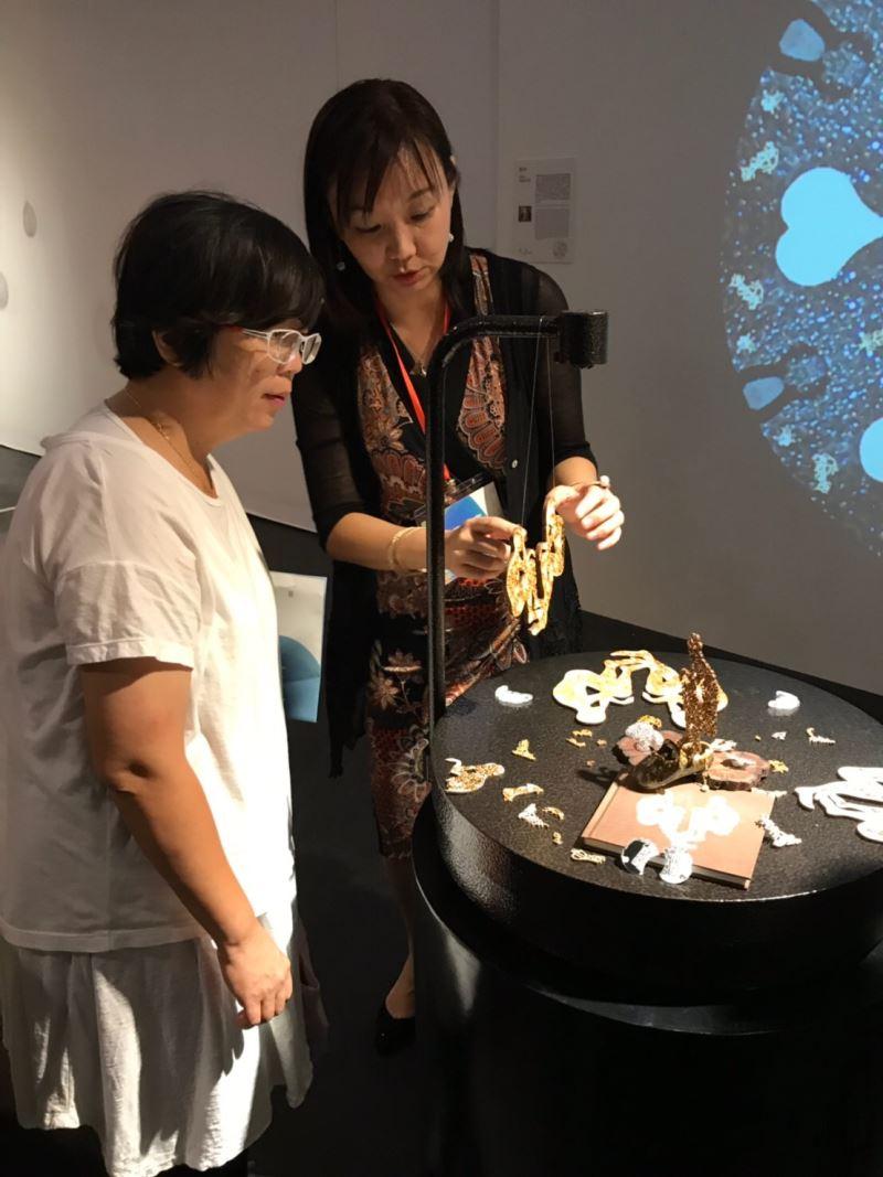 參展藝術家曹筱玥於現場為民眾導覽作品