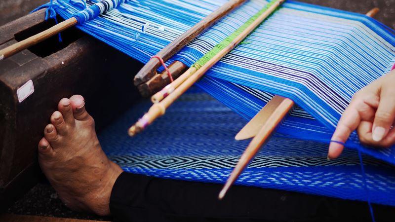 在《裹山 Dungku Asang》中, 林介文與不同部落的織者們交流,並彙整這些織者們的作品,將它們擺放在瑞欣礦區適當的位置呈現展覽理念。(艾姈攝)