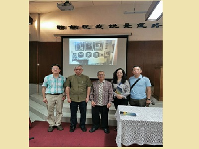 梁永斐館長(左二)與福音堂長老卓光漢(右三)合影。