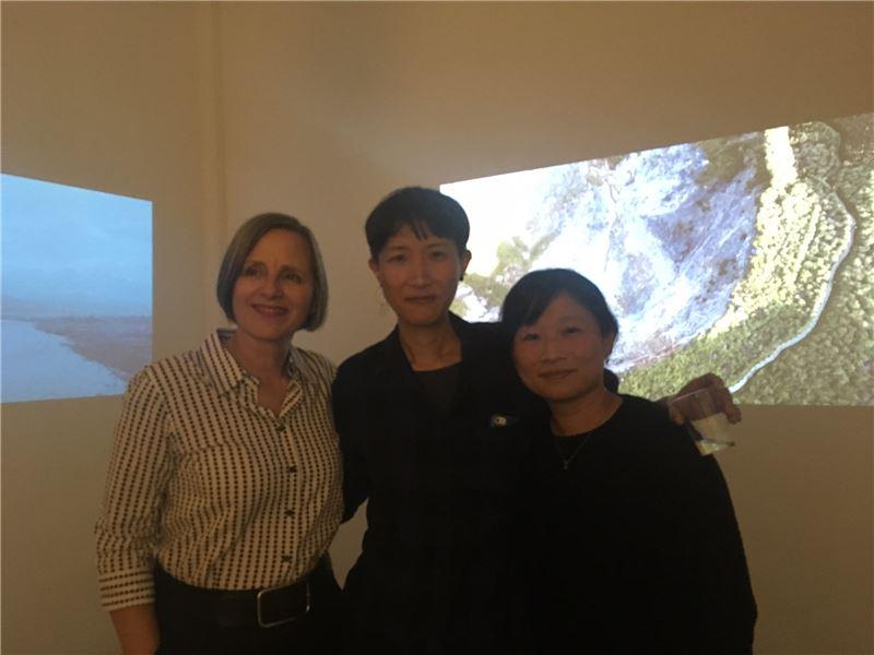 (左起)ISCP總監Susan_Hapgood、藝術家雪克(中)與策展人黃香凝於展場合影