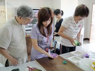 精密脫蠟鑄造班-老師教導學員琉璃製作技巧